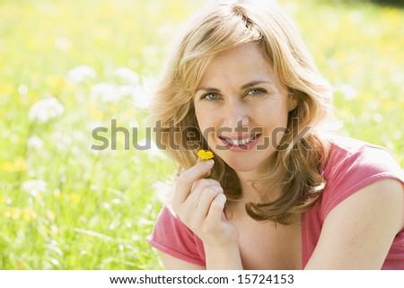 mujer · sesión · aire · libre · sonriendo · flor - foto stock © monkey_business