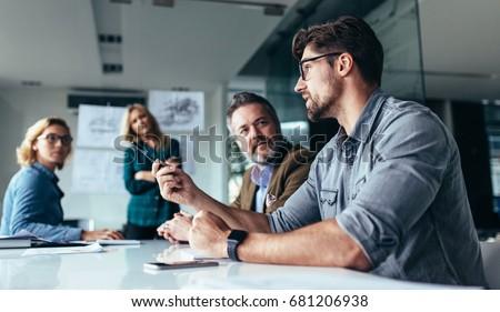 Jonge man kantoor tabel praten telefoon Stockfoto © Traimak