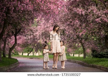Fiatal gyönyörű anya tavasz rózsaszín virágzó Stock fotó © ElenaBatkova