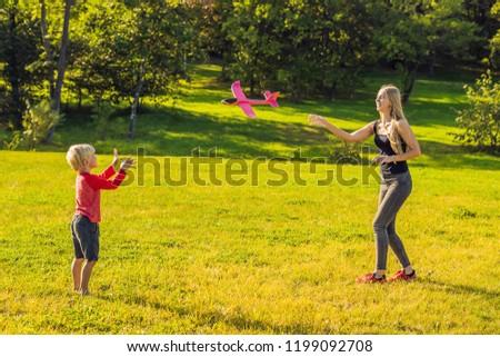 moeder · zoon · spelen · groot · model · speelgoed - stockfoto © galitskaya