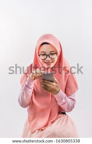 mooie · jonge · moslim · vrouw · hijab · smartphone - stockfoto © pressmaster