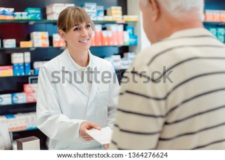 Experimentado altos estantería farmacia mirando cámara Foto stock © Kzenon