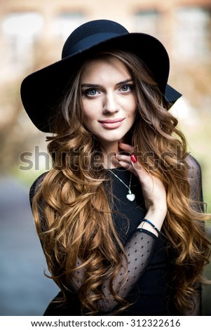 Сток-фото: портрет · подростка · девушка · длинные · волосы · городского · среде · женщину