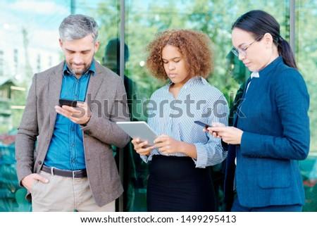 Rij jonge mobiele gadgets organiseren Stockfoto © pressmaster
