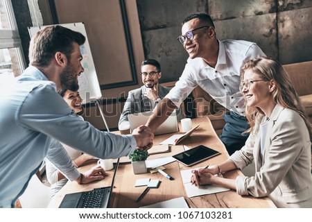 Vergadering groet business team collega's bespreken werken Stockfoto © Freedomz