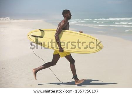 Oldalnézet póló nélkül fiatal férfi szörfös szörfdeszka Stock fotó © wavebreak_media