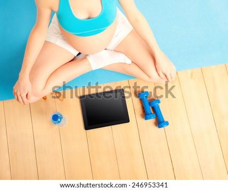 actif · femme · enceinte · haltères · vidéo · eau - photo stock © przemekklos