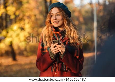jonge · vrouw · glimlach · smartphone · lopen · straat · centrum - stockfoto © boggy