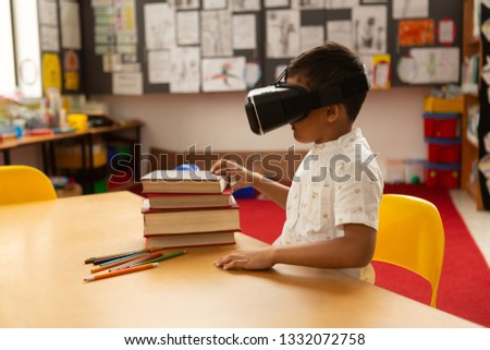 Vista laterale scolaro virtuale realtà auricolare desk Foto d'archivio © wavebreak_media