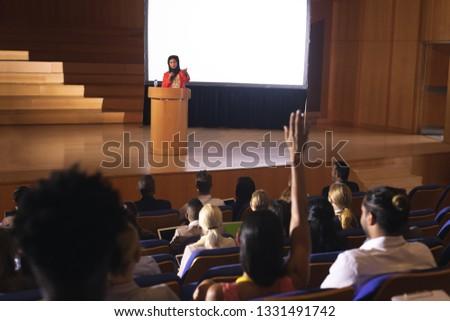 Achteraanzicht halfbloed publiek hand vragen vraag Stockfoto © wavebreak_media