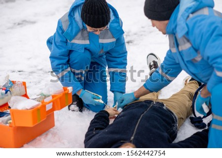 Dois contemporâneo primeiro socorro doente inconsciente Foto stock © pressmaster