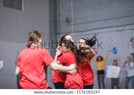 Jovem extático vermelho bem sucedido meta Foto stock © pressmaster