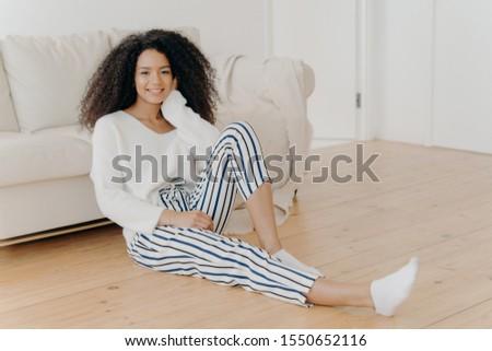 Kisebbségi lány nyugodt elégedett padló kényelmes Stock fotó © vkstudio
