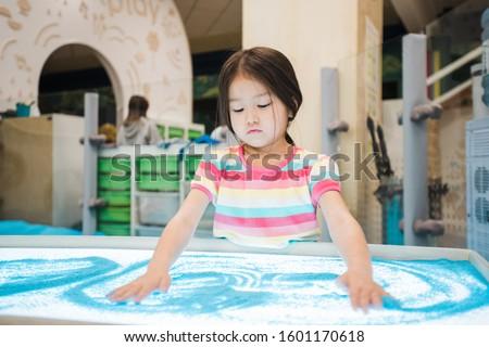 Aranyos kislány ázsiai származású készít kép kék Stock fotó © pressmaster