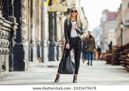 Kadın fincan kahve eller portre güzel bir kadın Stok fotoğraf © ElenaBatkova
