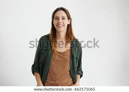 Foto Frau lächelnd Kamera stehen Kleiderständer jungen Stock foto © deandrobot