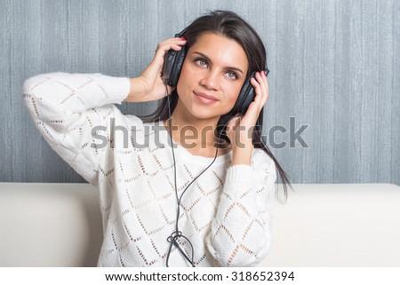 Retrato encantado mulher ouvir música sala de estar sorrir Foto stock © wavebreak_media