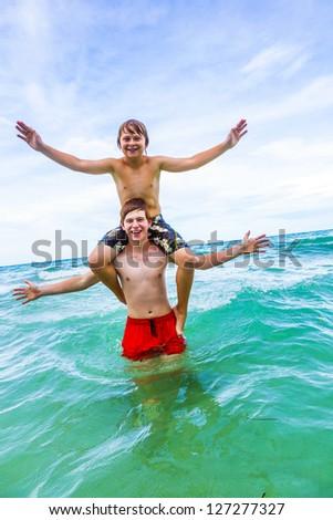 Tini jókedv játszik háton óceán jóképű Stock fotó © meinzahn
