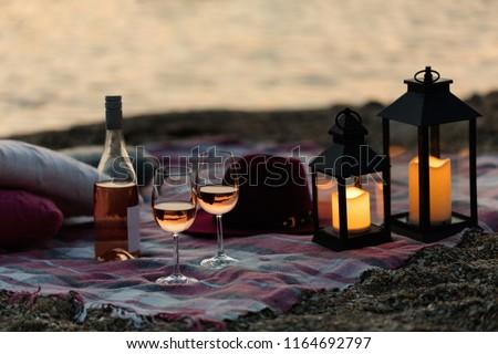 Iki gözlük şampanya piknik plaj gün batımı Stok fotoğraf © Yatsenko