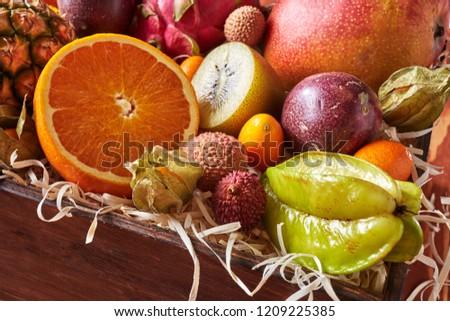 Közelkép doboz egészséges friss gyümölcsök fél Stock fotó © artjazz