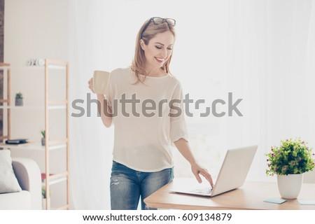 美しい · 若い女の子 · オフィス · 立って · 表 · 手 - ストックフォト © traimak