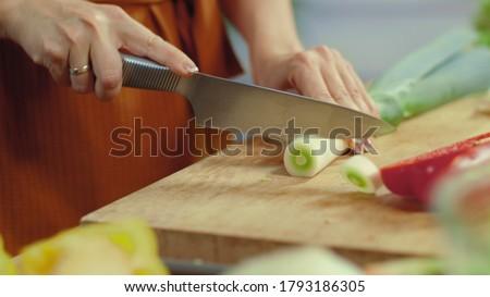 Meninas mãos cortar orgânico alho-porro peças Foto stock © artjazz