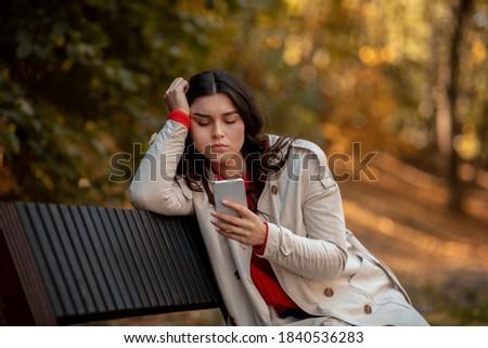 tristeza · telefone · chateado · triste · preocupado · problemas - foto stock © boggy