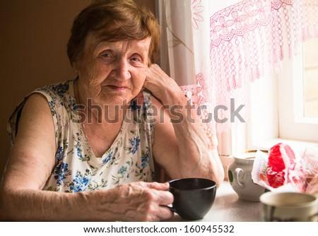 portré · idősebb · nő · kívül · ház · meleg - stock fotó © lopolo
