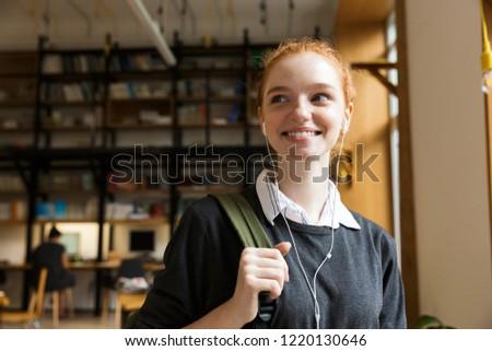 Vörös hajú nő hölgy diák pózol bent könyvtár Stock fotó © deandrobot