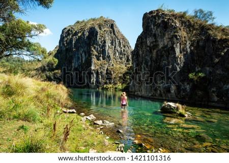 Kobieta jeden spektakularny góry Australia parku Zdjęcia stock © lovleah
