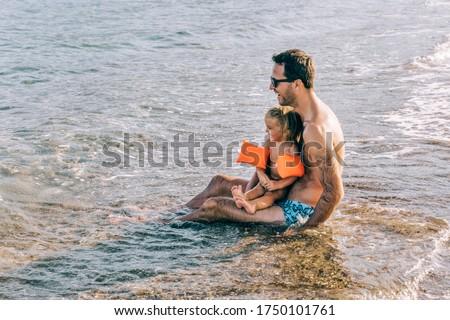 Ouder kind meisje sluiten zee Stockfoto © Lopolo