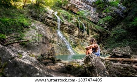 Női felfedez élvezi vízesések kő természetes Stock fotó © lovleah