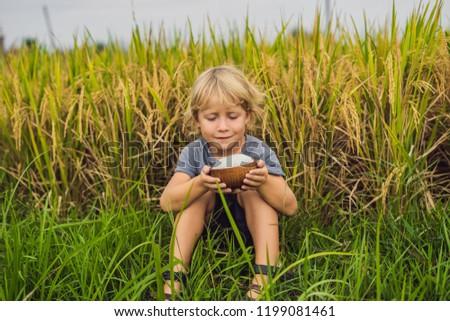 Fiú tart csésze főtt rizs fából készült Stock fotó © galitskaya
