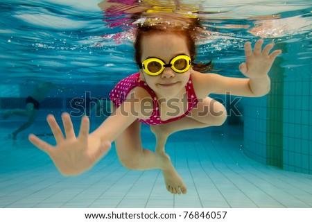Nina parque acuático natación subacuático sonriendo familia Foto stock © galitskaya