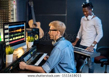Komoly férfi farmer póló dolgozik hang Stock fotó © pressmaster