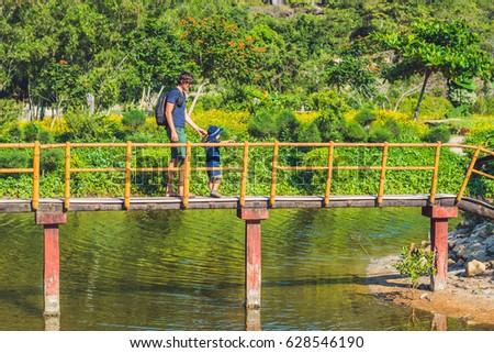 Vader zoon lopen brug vijver kinderen Stockfoto © galitskaya