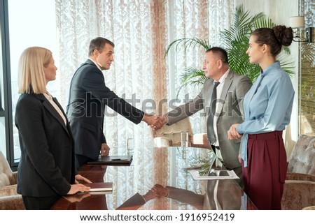 Kézfogás asztal fiatal érett nők tárgyal Stock fotó © pressmaster