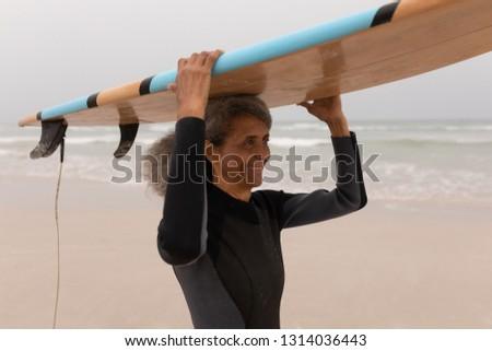 Yandan görünüş mutlu kıdemli kadın sörfçü Stok fotoğraf © wavebreak_media