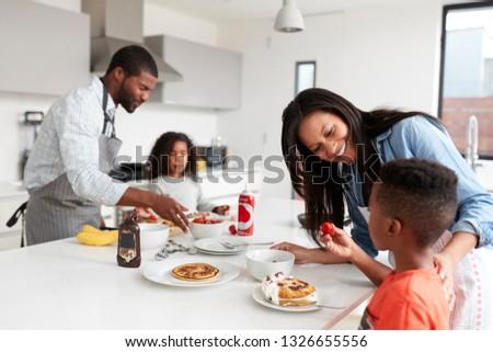 Vista laterale felice african american famiglia alimentare tavolo da pranzo Foto d'archivio © wavebreak_media