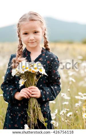 nina · año · edad · verano · campo · amarillo - foto stock © ElenaBatkova