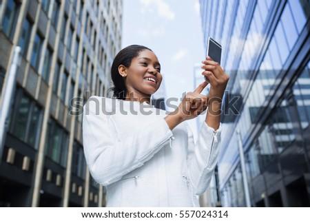 Işkadını cep telefonu hareketli aşağı yürüyen merdiven ofis Stok fotoğraf © wavebreak_media