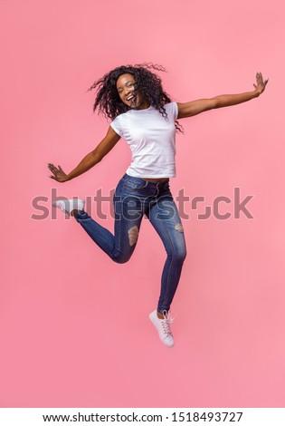 Blijde gekruld afro-amerikaanse vrouw handen omhoog geluk Stockfoto © vkstudio