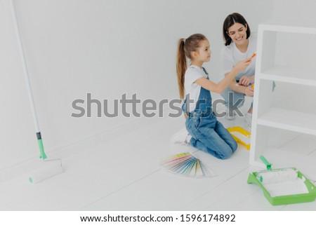 Fotó kislány anyu festék bútor új Stock fotó © vkstudio