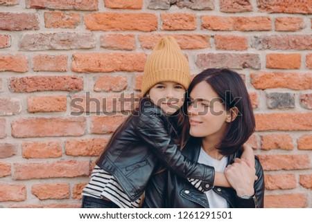 Hartelijk moeder donker haar warm knuffel dochter Stockfoto © vkstudio