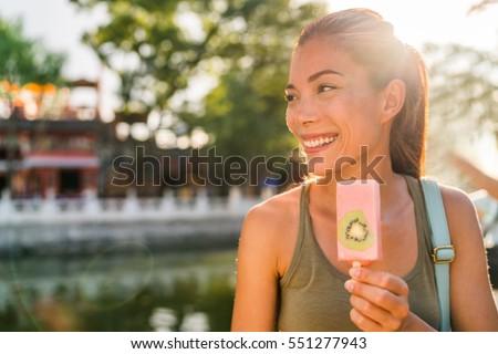 азиатских туристических женщину еды мороженым поп Сток-фото © Maridav