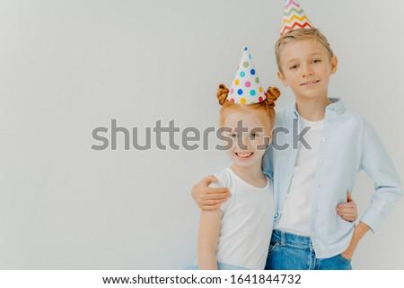 Isoliert erschossen glücklich Schwester kuscheln andere Stock foto © vkstudio