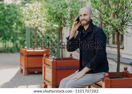 привлекательный лысые мужчины борода приятный говорить Сток-фото © vkstudio