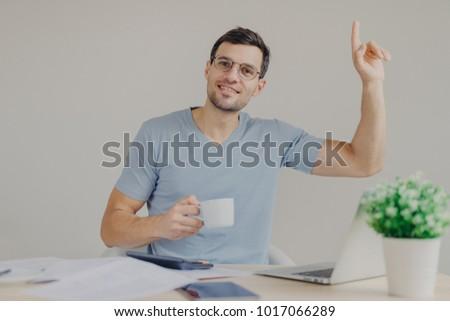 Blij aantrekkelijk jonge mannelijke bril dranken Stockfoto © vkstudio