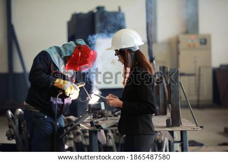 Vrouw man werknemer metaal werk stuk Stockfoto © Kzenon