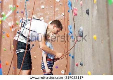 Vader zoon klimmen muur familie sport Stockfoto © galitskaya